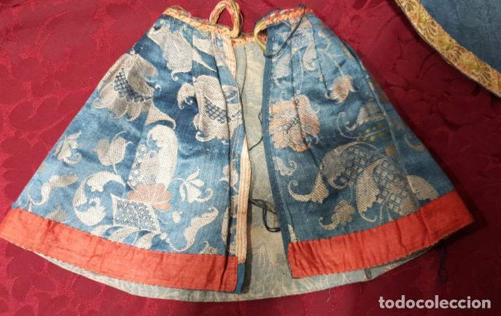 Antigüedades: Conjunto de 3 sayas o faldas y capote o capillo en seda azul. - Foto 8 - 144948154
