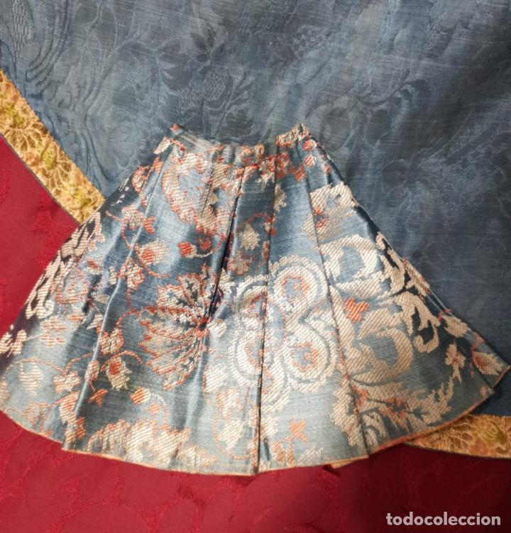 Antigüedades: Conjunto de 3 sayas o faldas y capote o capillo en seda azul. - Foto 10 - 144948154
