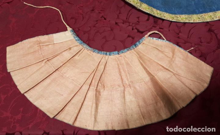 Antigüedades: Conjunto de 3 sayas o faldas y capote o capillo en seda azul. - Foto 11 - 144948154