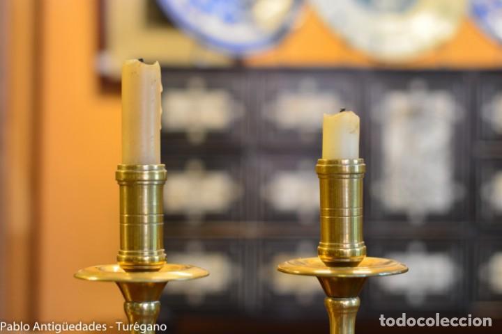 Antigüedades: Pareja de candeleros antiguos de bronce - Candil, candelabro, iluminación, vela, potavelas. - Foto 2 - 144982226