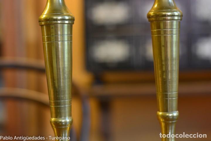 Antigüedades: Pareja de candeleros antiguos de bronce - Candil, candelabro, iluminación, vela, potavelas. - Foto 4 - 144982226