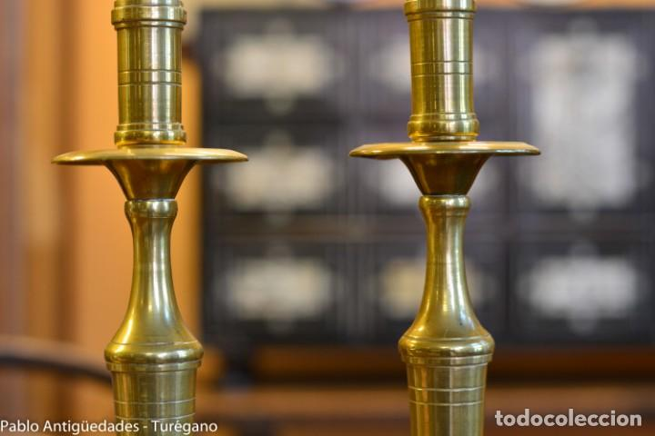 Antigüedades: Pareja de candeleros antiguos de bronce - Candil, candelabro, iluminación, vela, potavelas. - Foto 5 - 144982226