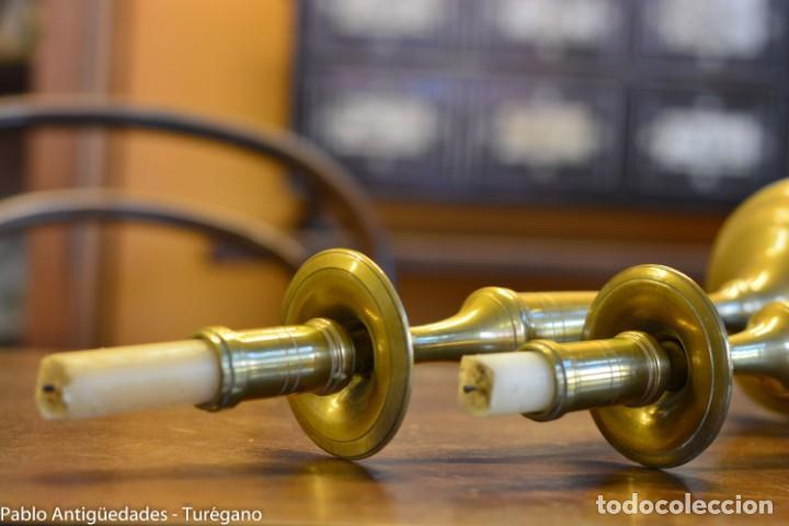 Antigüedades: Pareja de candeleros antiguos de bronce - Candil, candelabro, iluminación, vela, potavelas. - Foto 6 - 144982226