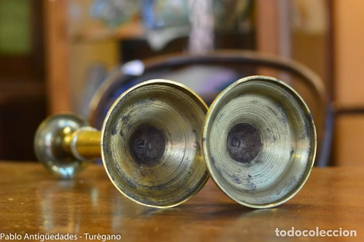Antigüedades: Pareja de candeleros antiguos de bronce - Candil, candelabro, iluminación, vela, potavelas. - Foto 7 - 144982226