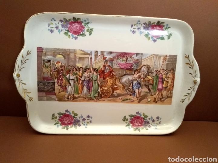 BANDEJA CARTUJA DECORACIÓN ESCENA CLÁSICA Y DORADOS (Antigüedades - Porcelanas y Cerámicas - San Juan de Aznalfarache)