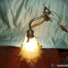 Antigüedades: LAMPARA, APLIQUE UNA LUZ DE BRONCE Y TULIPA DE VIDRIO VERDE Y SATINADO. Lote 144994010