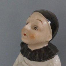 Antigüedades: ANTIGUA CAJA DE PORCELANA PIERROT. Lote 145011914