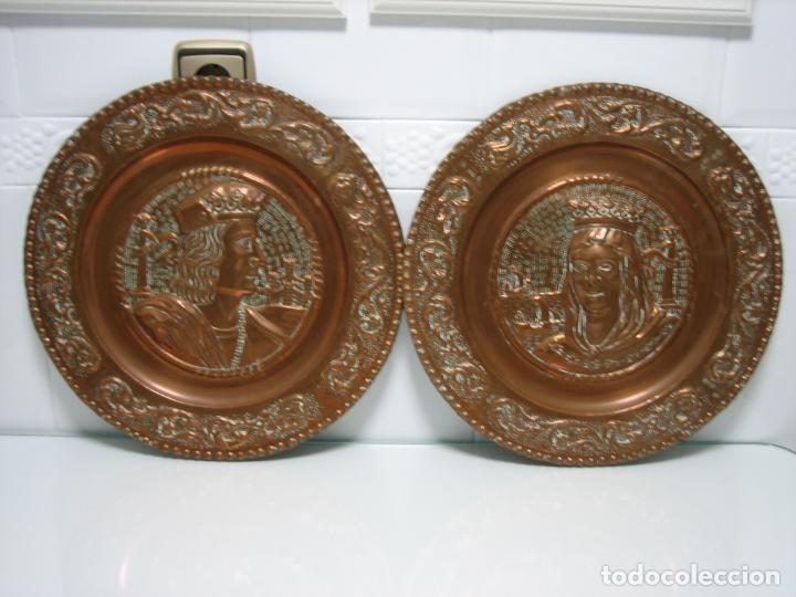 ANTIGUOS PLATOS DECORATIVOS DE LOS REYES CATÓLICOS EN COBRE 40 CM (Antigüedades - Hogar y Decoración - Platos Antiguos)