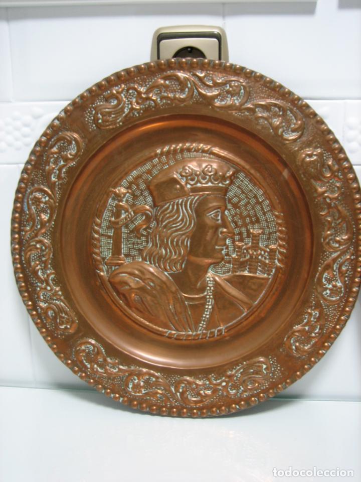 Antigüedades: Antiguos platos decorativos de los Reyes Católicos en cobre 40 cm - Foto 2 - 145020478