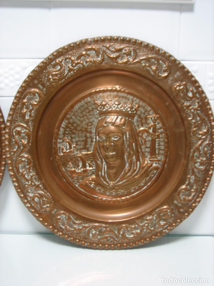 Antigüedades: Antiguos platos decorativos de los Reyes Católicos en cobre 40 cm - Foto 3 - 145020478