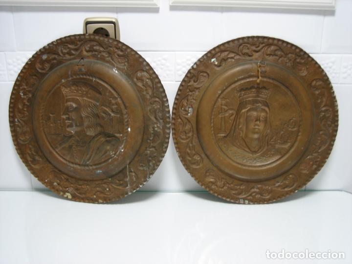 Antigüedades: Antiguos platos decorativos de los Reyes Católicos en cobre 40 cm - Foto 4 - 145020478