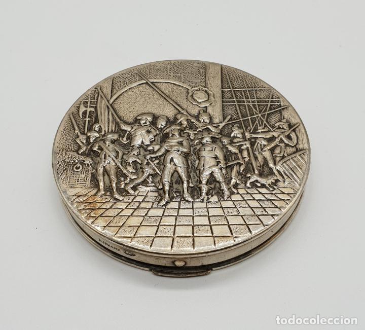 Antigüedades: Polvera antigua Danesa en plata de ley bellamente repujada con motivo renacentista cincelado a mano - Foto 2 - 145112754