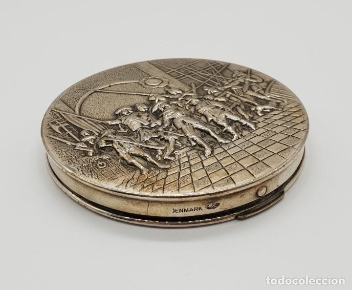 Antigüedades: Polvera antigua Danesa en plata de ley bellamente repujada con motivo renacentista cincelado a mano - Foto 3 - 145112754