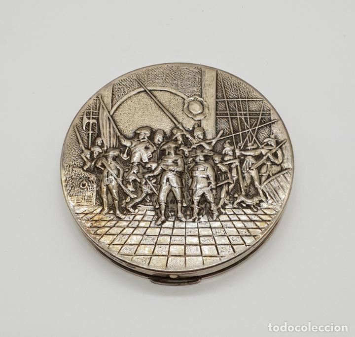 Antigüedades: Polvera antigua Danesa en plata de ley bellamente repujada con motivo renacentista cincelado a mano - Foto 7 - 145112754