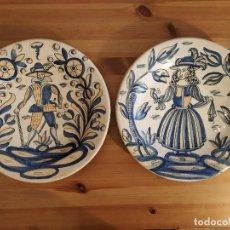 Antigüedades: LA MENORA - TALAVERA - LOTE DOS PLATOS - CABALLERO Y DAMA - DIÁMETRO 33 CM. Lote 145186602