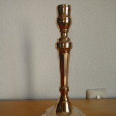 Antigüedades: CANDELABRO DE LATÓN O BRONCE. PORTAVELAS. CANDELERO. Lote 145222653