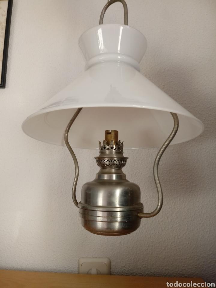 LÁMPARA DE TECHO TIPO QUINQUÉ. TULIPA DE OPALINA (Antigüedades - Iluminación - Quinqués Antiguos)