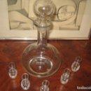 Antigüedades: LICORERA DE CRISTAL CON CINCO CHUPITOS. Lote 145307606