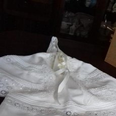 Antigüedades: ANTIGUO VESTIDO PARA BEBÉ CON CAPITA Y GORRO CON TIRA BORDADA PARA BAUTISMO.. Lote 145406826