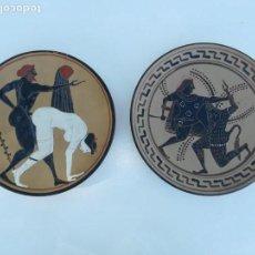 Oggetti Antichi: 2 PLATOS DECORATIVOS CERAMICOS CON MOTIVOS GRIEGOS. Lote 145439610