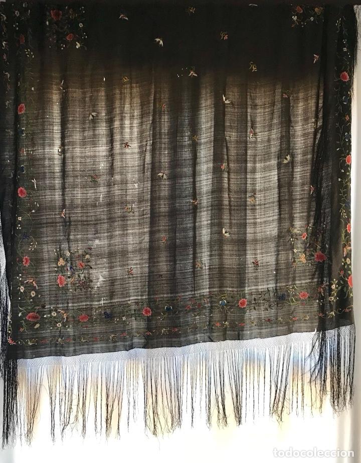 Antigüedades: Mantón de Manila de seda muy fina con bordados a mano de motivos florales y aves. Principios S. XX - Foto 12 - 111232192