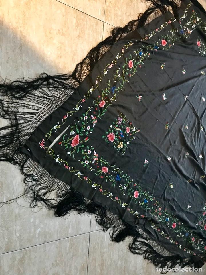 Antigüedades: Mantón de Manila de seda muy fina con bordados a mano de motivos florales y aves. Principios S. XX - Foto 13 - 111232192