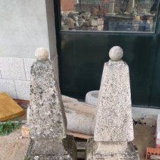 Antigüedades: ANTIGUA PAREJA DE PINOTES PINACULOS REMATES ENTRADAS EN PIEDRA DE GRANITO. Lote 145553841