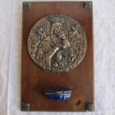 Antigüedades: CUADRO CON IMAGEN VIRGEN CON NIÑO JESÚS BENDITERA. LATÓN BAÑADO EN PLATA Y CERÁMICA SOBRE MADERA. Lote 145601062
