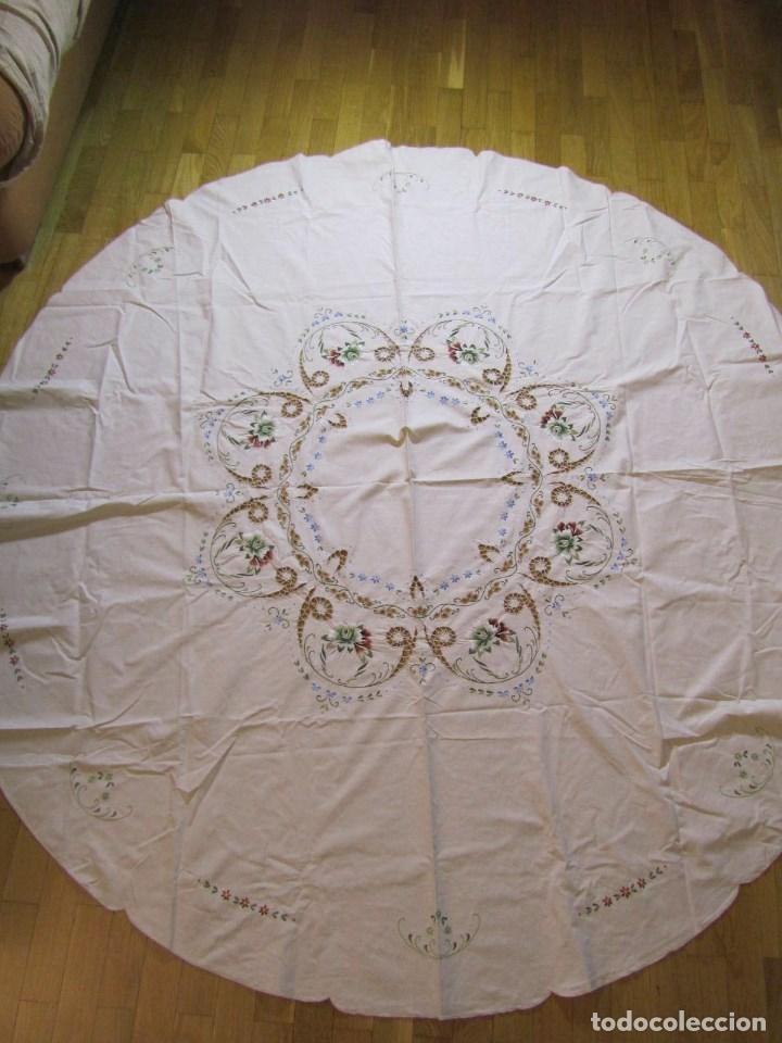 Antigüedades: Mantel para mesa camilla o redonda. Preciosos bordados de flores - Foto 2 - 145641674
