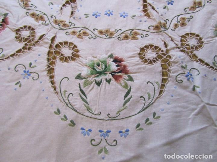 Antigüedades: Mantel para mesa camilla o redonda. Preciosos bordados de flores - Foto 3 - 145641674