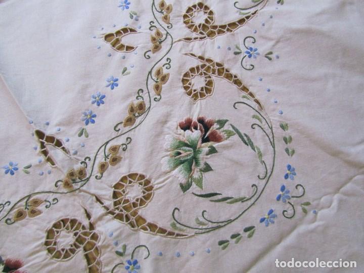 Antigüedades: Mantel para mesa camilla o redonda. Preciosos bordados de flores - Foto 4 - 145641674