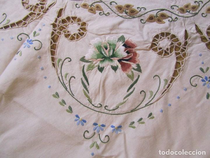 Antigüedades: Mantel para mesa camilla o redonda. Preciosos bordados de flores - Foto 5 - 145641674