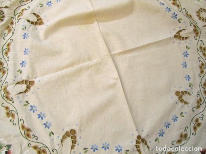 Antigüedades: Mantel para mesa camilla o redonda. Preciosos bordados de flores - Foto 6 - 145641674