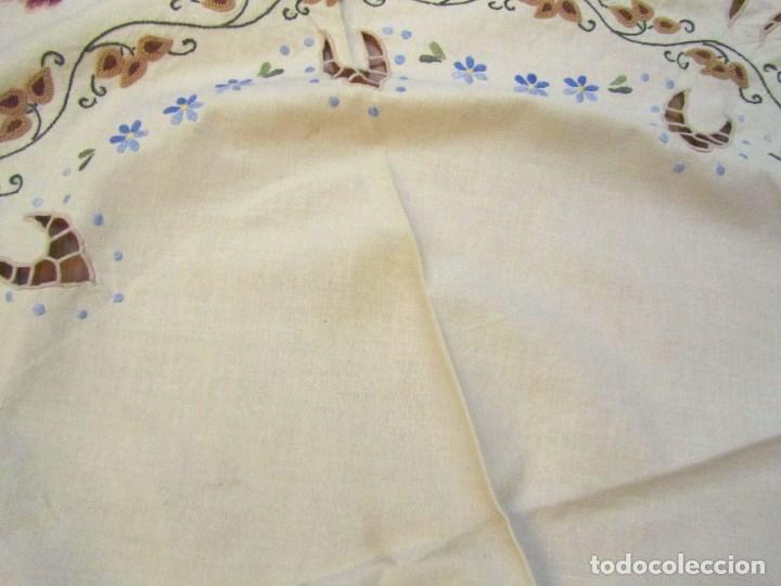 Antigüedades: Mantel para mesa camilla o redonda. Preciosos bordados de flores - Foto 7 - 145641674