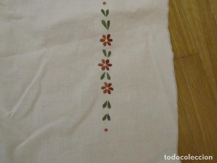 Antigüedades: Mantel para mesa camilla o redonda. Preciosos bordados de flores - Foto 8 - 145641674