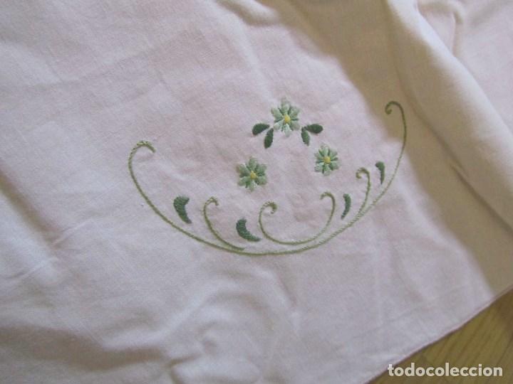 Antigüedades: Mantel para mesa camilla o redonda. Preciosos bordados de flores - Foto 9 - 145641674