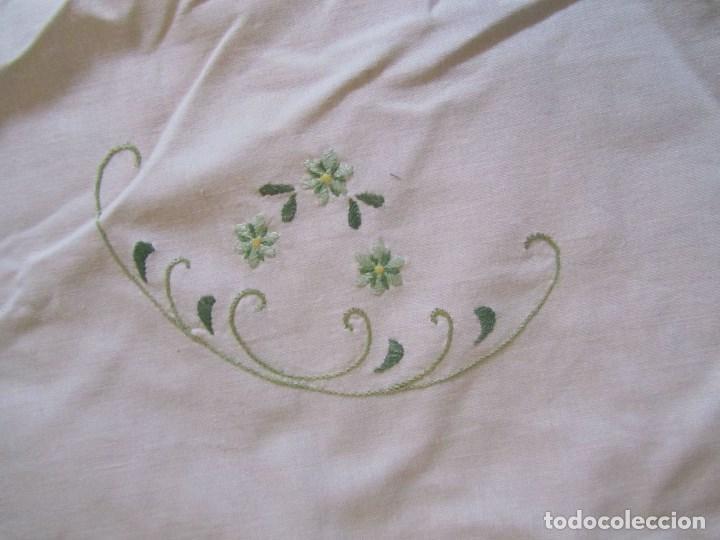 Antigüedades: Mantel para mesa camilla o redonda. Preciosos bordados de flores - Foto 10 - 145641674