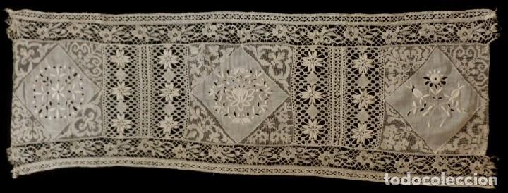 Antigüedades: ANTIGUA PIEZA DE MUSELINA BORDADA Y ENCAJE DE BOLILLO S.XIX - Foto 4 - 145818494