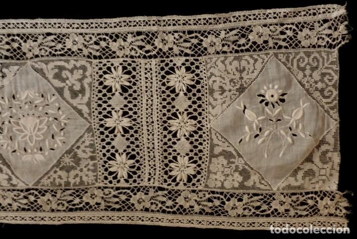 Antigüedades: ANTIGUA PIEZA DE MUSELINA BORDADA Y ENCAJE DE BOLILLO S.XIX - Foto 5 - 145818494
