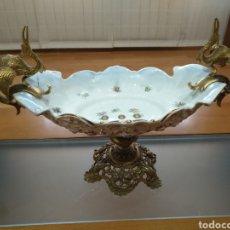 Antigüedades: CENTRO DE MESA ESTILO SERVES FRANCES PORCELANA CON BRONCE O CALAMINA PORCELANA FRANCESA. Lote 145823494