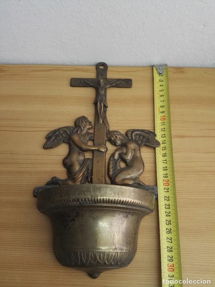 PILA BENDITERA DE CRUCIFIJO CON ANGELES DE BRONCE (Antigüedades - Religiosas - Benditeras)