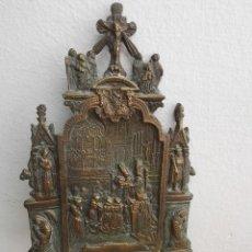 Antigüedades: PILA BENDITERA DE ESCENA RELIGIOSA DE BRONCE O HIERRO CON PATINA. Lote 145858126