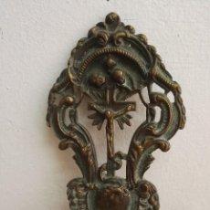 Antigüedades: PILA BENDITERA DE METAL CON CRUCIFIJO Y CARAS. Lote 145859854