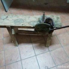 Antigüedades: DESGRANADORA DE MAÍZ CON BANCO. Lote 145928286