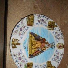 Antigüedades: ANTIGUO PLATO PORCELANA VIRGEN DEL CAMINO DE LEON CON ESCUDO Y VISTAS DE LA CIUDAD. Lote 96115791