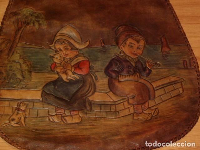 Antigüedades: BOLSO DE LA FALANGE ESPAÑOLA,AÑOS 40 - 50.PRECIOSOS DIBUJOS DE PRENSA EN RELIEVE.LEER DESCRIPCION. - Foto 5 - 146004434
