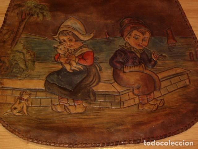 Antigüedades: BOLSO DE LA FALANGE ESPAÑOLA,AÑOS 40 - 50.PRECIOSOS DIBUJOS DE PRENSA EN RELIEVE.LEER DESCRIPCION. - Foto 6 - 146004434