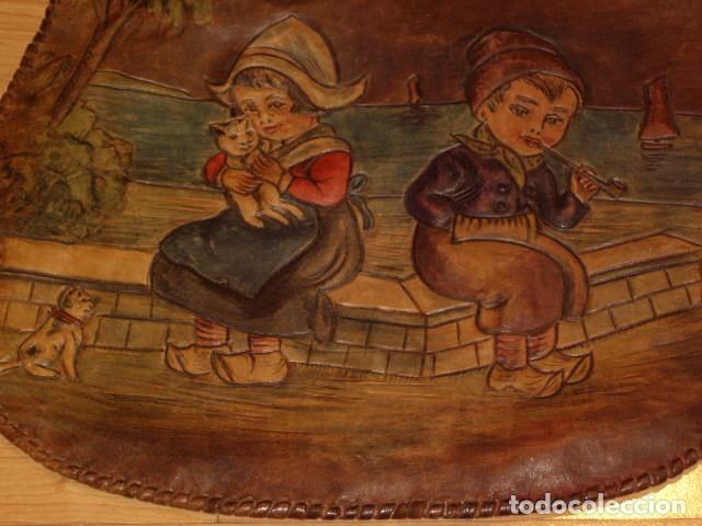 Antigüedades: BOLSO DE LA FALANGE ESPAÑOLA,AÑOS 40 - 50.PRECIOSOS DIBUJOS DE PRENSA EN RELIEVE.LEER DESCRIPCION. - Foto 7 - 146004434