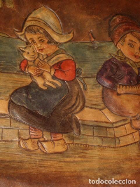 Antigüedades: BOLSO DE LA FALANGE ESPAÑOLA,AÑOS 40 - 50.PRECIOSOS DIBUJOS DE PRENSA EN RELIEVE.LEER DESCRIPCION. - Foto 8 - 146004434