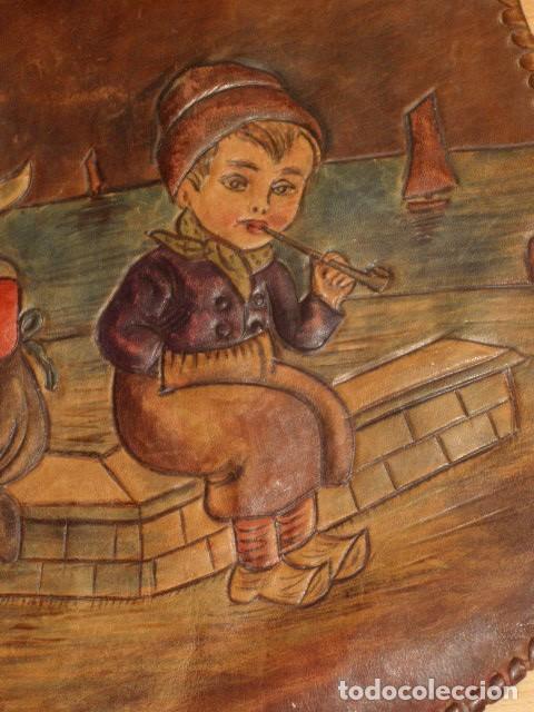 Antigüedades: BOLSO DE LA FALANGE ESPAÑOLA,AÑOS 40 - 50.PRECIOSOS DIBUJOS DE PRENSA EN RELIEVE.LEER DESCRIPCION. - Foto 9 - 146004434